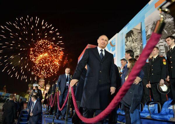 Prezydent Rosji Władimir Putin po koncercie z okazji 70. rocznicy zwycięstwa nad hitlerowskimi Niemcami - Sputnik Polska