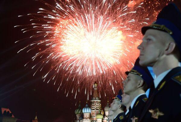 Pokaz sztucznych ogni w Moskwie, 9 maja 2015 - Sputnik Polska