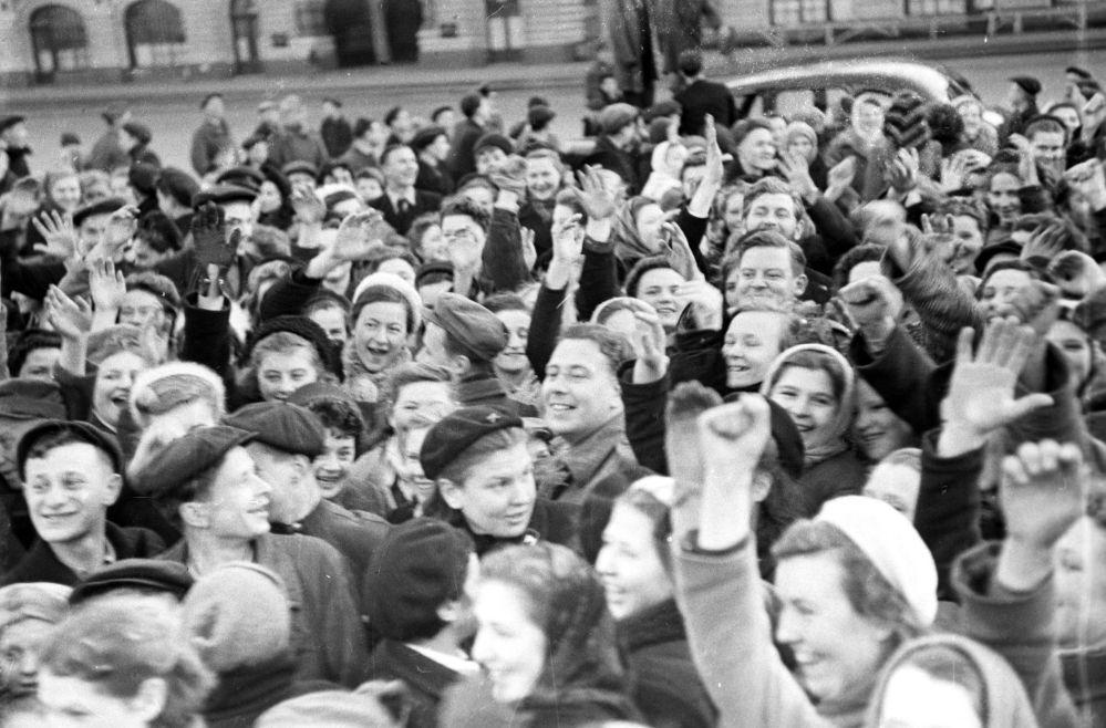 Mieszkańcy Moskwy na Placu Czerwonym 9 maja1945 roku