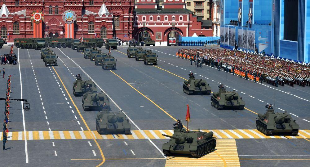 Колонна военной техники во время военного парада в ознаменование 70-летия Победы в Великой Отечественной войне 1941-1945 годов