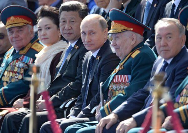 Przewodniczący Chińskiej Republiki Ludowej Xi Jinping, prezydent Rosji Władimir Putin, prezydent Kazachstanu Nursułtan Nazarbajew podczas Defilady Zwycięstwa na Placu Czerwonym, 9 maja 2015 - Sputnik Polska