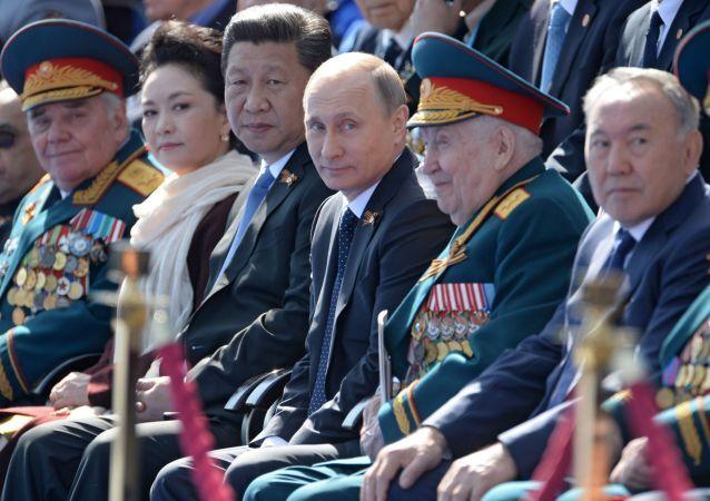Przewodniczący Chińskiej Republiki Ludowej Xi Jinping, prezydent Rosji Władimir Putin, prezydent Kazachstanu Nursułtan Nazarbajew podczas Defilady Zwycięstwa na Placu Czerwonym, 9 maja 2015