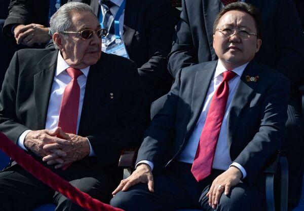Przewodniczący Rady Państwa Republiki Kuby Raúl Castro i prezydent Mongolii Cachiagijn Elbegdordż - Sputnik Polska