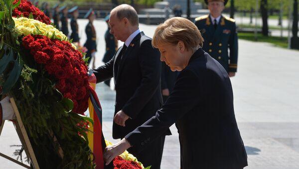 Prezydent Rosji Władimir Putin i kanclerz Niemiec Angela Merkel składają kwiaty u Grobu Nieznanego Żołnierza w Moskwie - Sputnik Polska