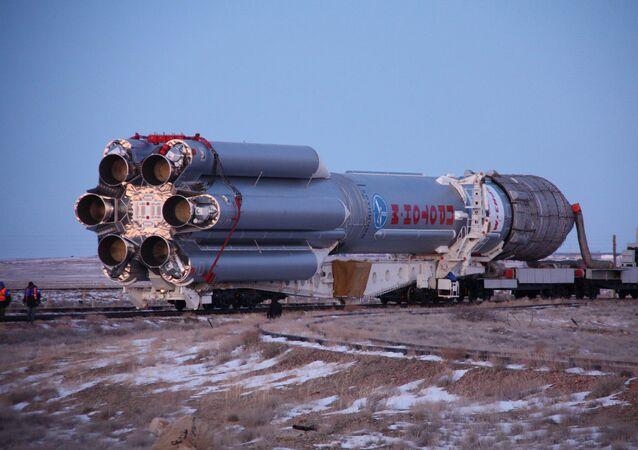 Przygotowanie do startu rakiety Proton-M z satelitą Intelsat-16 na Bajkonurze
