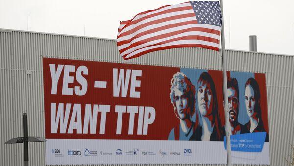 Baner popierający TTIP i amerykańska flaga w Hanoverze, kwiecień 2016 - Sputnik Polska