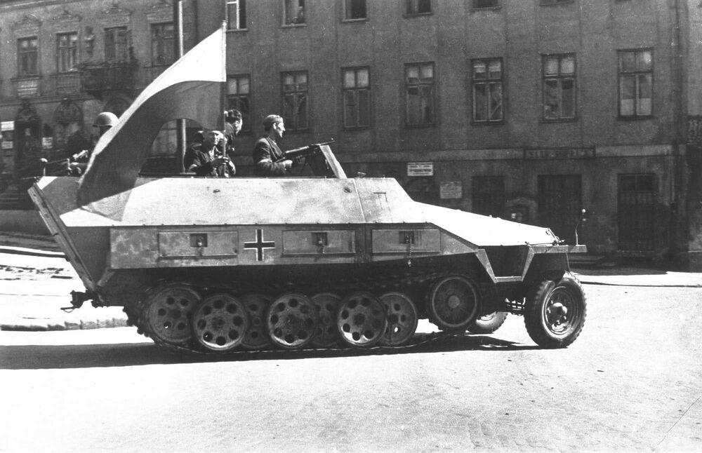 Czołg faszystowskiej armii, przechwycony przez polskich powstańców w czasie Powstania Warszawskiego w 1944 r.
