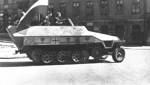 Czołg faszystowskiej armii, przechwycony przez polskich powstańców w czasie Powstania Warszawskiego w 1944 r. - Sputnik Polska