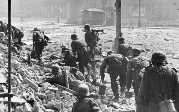 Niemieccy żołnierze w trakcie walk z polskimi powstańcami w czasie Powstania Warszawskiego, 1944. - Sputnik Polska