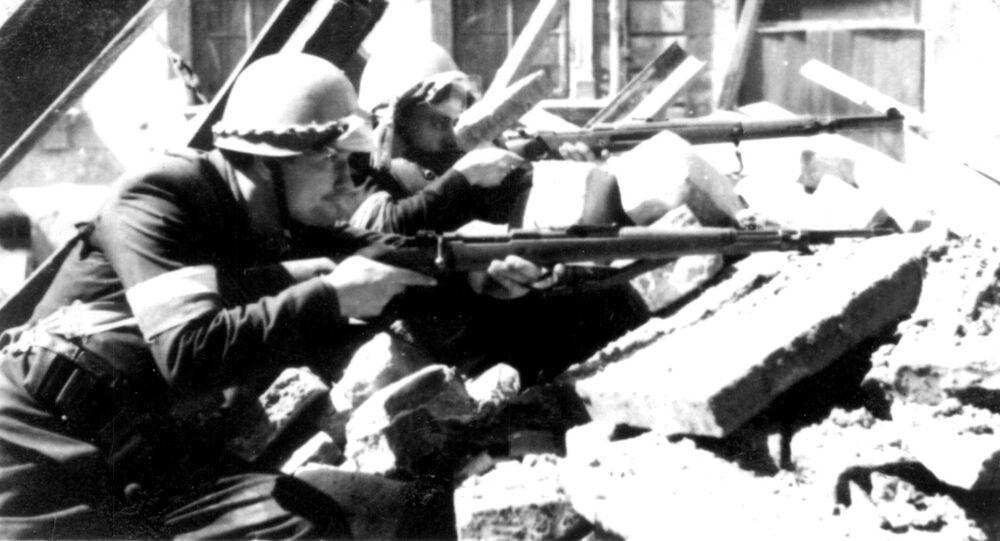 Żołnierze polskiej Armii Krajowej walczą z nazistami na barykadach podczas Powstania Warszawskiego, 1944.