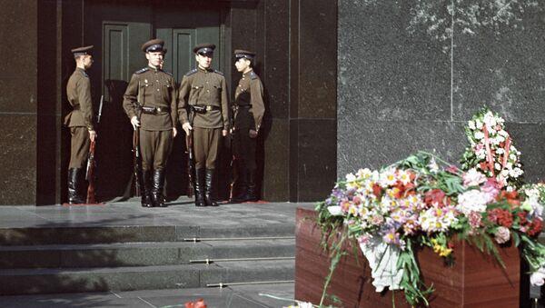 Смена караула у Мавзолея Владимира Ильича Ленина на Красной площади в Москве - Sputnik Polska