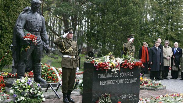 Brązowy Żołnierz na cmentarzu wojskowym w Tallinnie - Sputnik Polska
