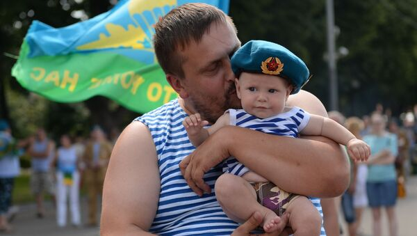 Żolnierz z dzieckiem podczas świętowania Dnia Wojsk Powietrzno-Desantowych w Parku Gorkiego w Moskwie. - Sputnik Polska