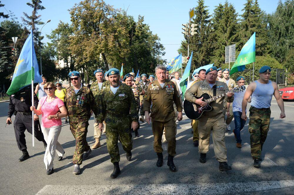 Parada żołnierzy podczas obchodów Dnia Wojsk Powietrzno-Desantowych w  Jekaterynburgu.