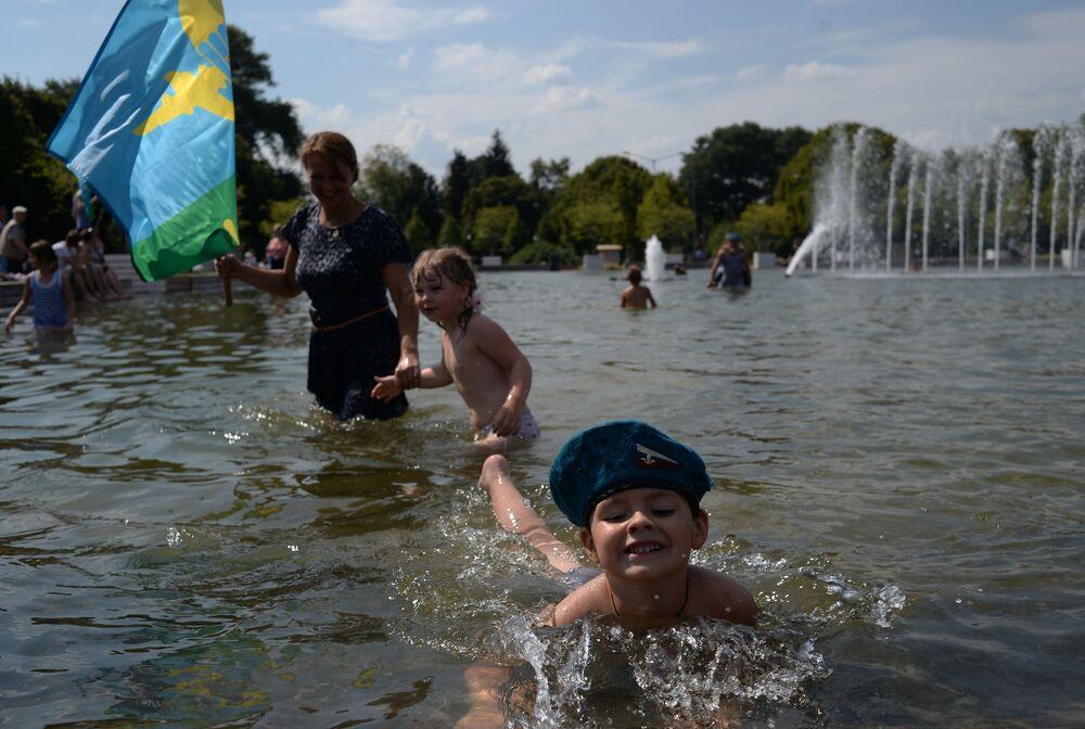 Świętowanie Dnia Wojsk Powietrzno-Desantowych w Parku Gorkiego w Moskwie.