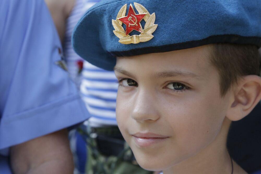 Obchody Dnia Wojsk Powietrzno-Desantowych przy pomniku generała Margiełowa w Symferopolu.