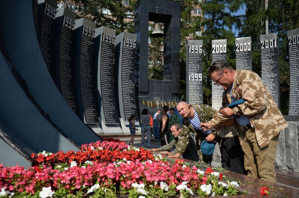 Składanie kwiatów przy pomniku Czarny tulipan podczas obchodów Dnia Wojsk Powietrzno-Desantowych w Jekaterynburgu.