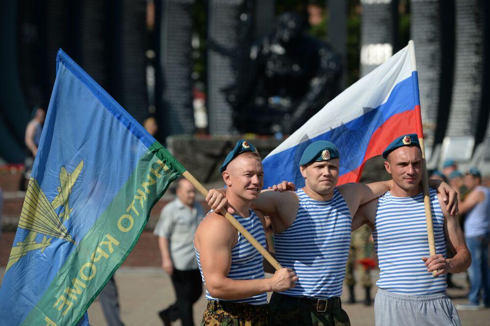 Obchody Dnia Wojsk Powietrzno-Desantowych  przy pomniku Czarny tulipan w Jekaterynburgu.