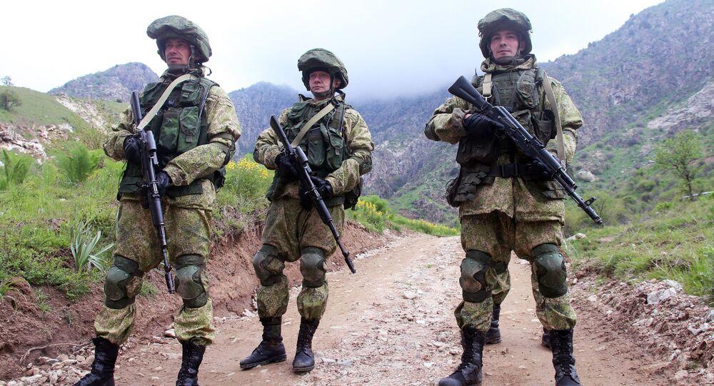 Rosyjski żołnierz podczas ćwiczeń antyterrorystycznych