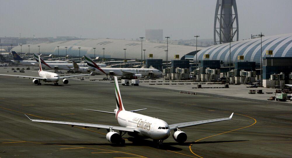 Samolot linii Emirates na lotnisku w Dubaju
