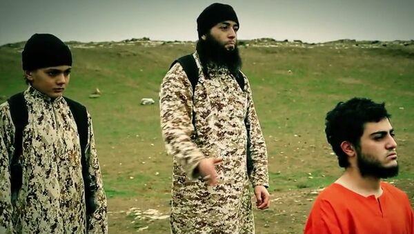 Dziecko wykonujące egzekucję, screen z wideo ugrupowania terrorystycznego PI - Sputnik Polska