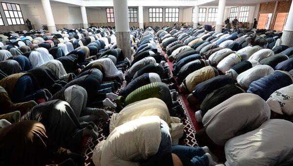 Muzułmanie modlą się w meczetu we francuskim mieście Frejus - Sputnik Polska