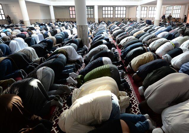 Muzułmanie modlą się w meczetu we francuskim mieście Frejus