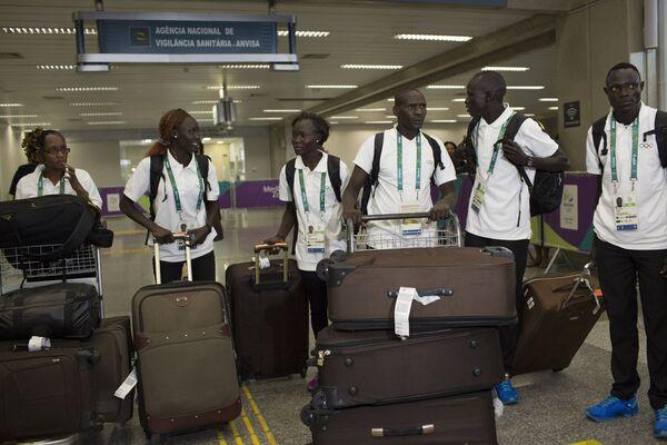 Członkowie reprezentacji olimpijskiej uchodźców na lotnisku w Rio, 29.07.2016. - Sputnik Polska