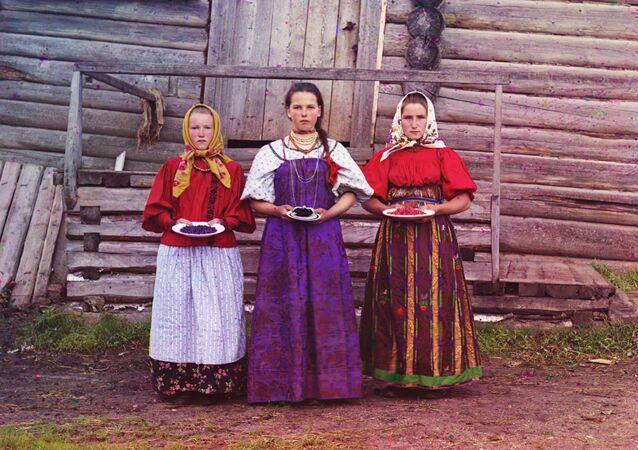 Nowogrodzka gubernia. Dziewczęta wiejskie z jagodami