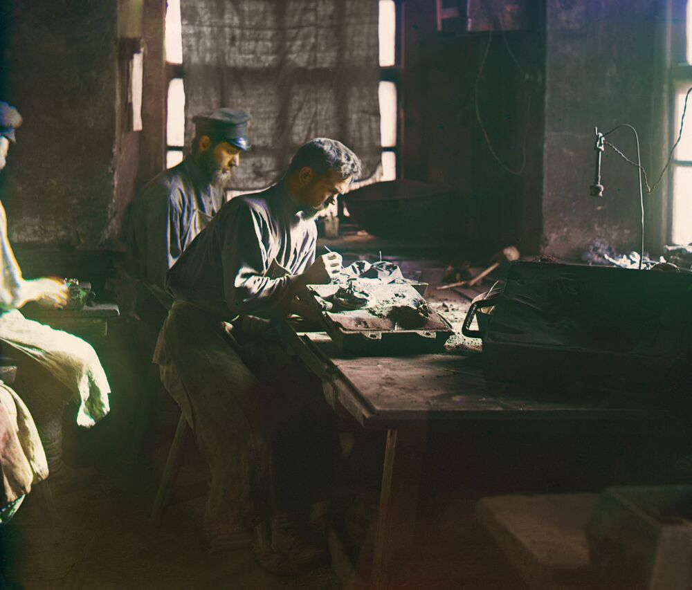 Obróbka form w Fabryce Kaslińskiej. Kasli. Jekaterynburski ujezd w guberni permskiej