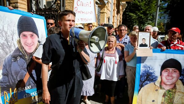 Nadieżda Sawczenko przed budynkiem administracji prezydenta Ukrainy Petra Poroszenki w Kijowie domaga się  uwolnienia jeńców przetrzymywanych w Donbasie i wydania więźniów przez Rosję. - Sputnik Polska