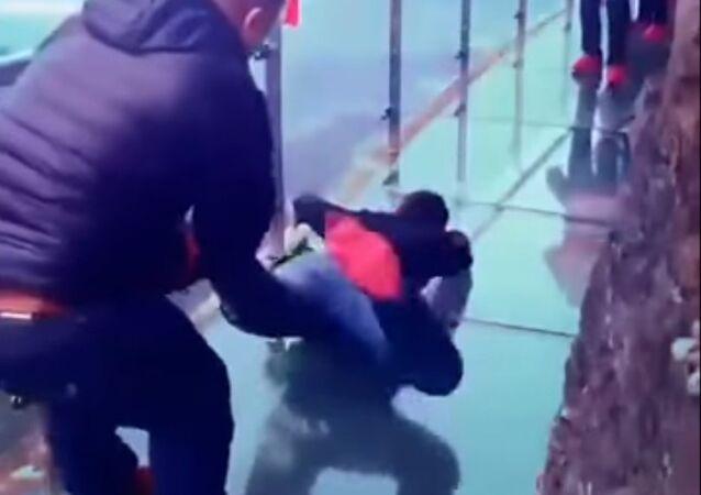 Panika na szklanym moście w Chinach