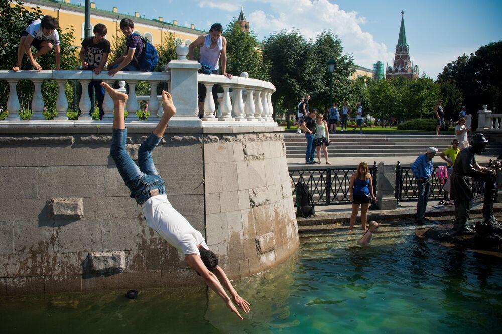 Kąpiele w fontannie na Placu Maneżowym