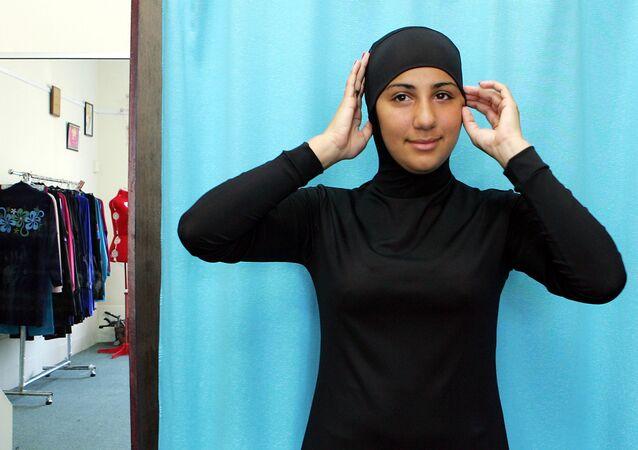 Modelka demonstruje burkini - strój kąpielowy, odpowiadający wszystkim wymogom szariatu.