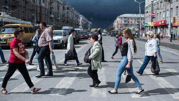 Przechodnie na ulicy Karla Marksa w Omsku - Sputnik Polska