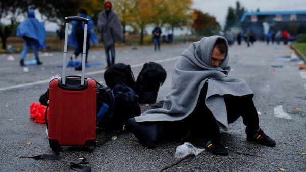 Emigranci na chorwacko-słoweńskiej granicy w październiku 2015 roku i to samo miejsce  w maju 2016. - Sputnik Polska