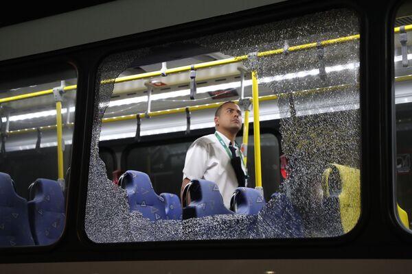 Rozbite okna ostrzelanego autobusu z dziennikarzami w Rio de Janeiro - Sputnik Polska