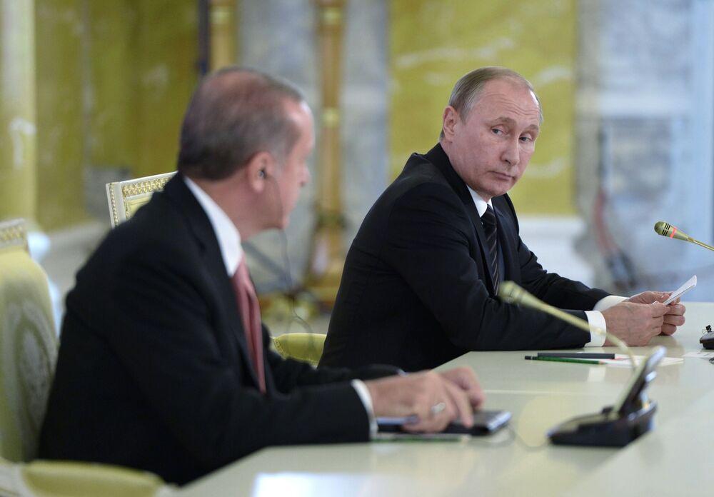 Prezydent Turcji Recep Tayyip Erdogan i prezydent Rosji Władimir Putin na konferencji prasowej w Petersburgu