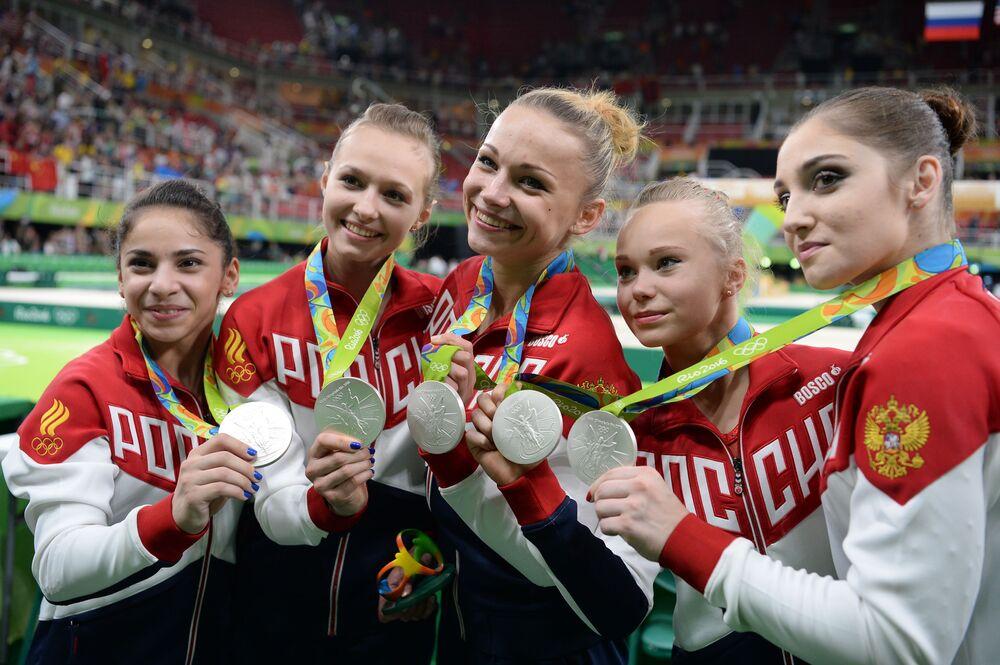 Sportsmenki reprezentacji Rosji, które zdobyły srebrne medale w zespołowym wieloboju kobiet na zawodach gimnastyki sportowej na XXXI letnich Igrzyskach Olimpijskich na ceremonii wręczenia nagród