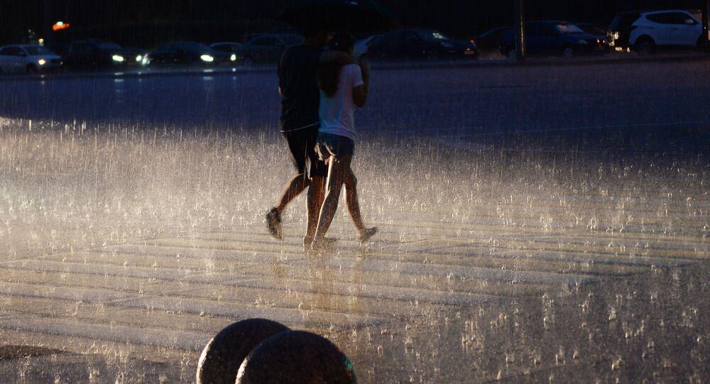 Przechodnie w czasie deszczu w Moskwie