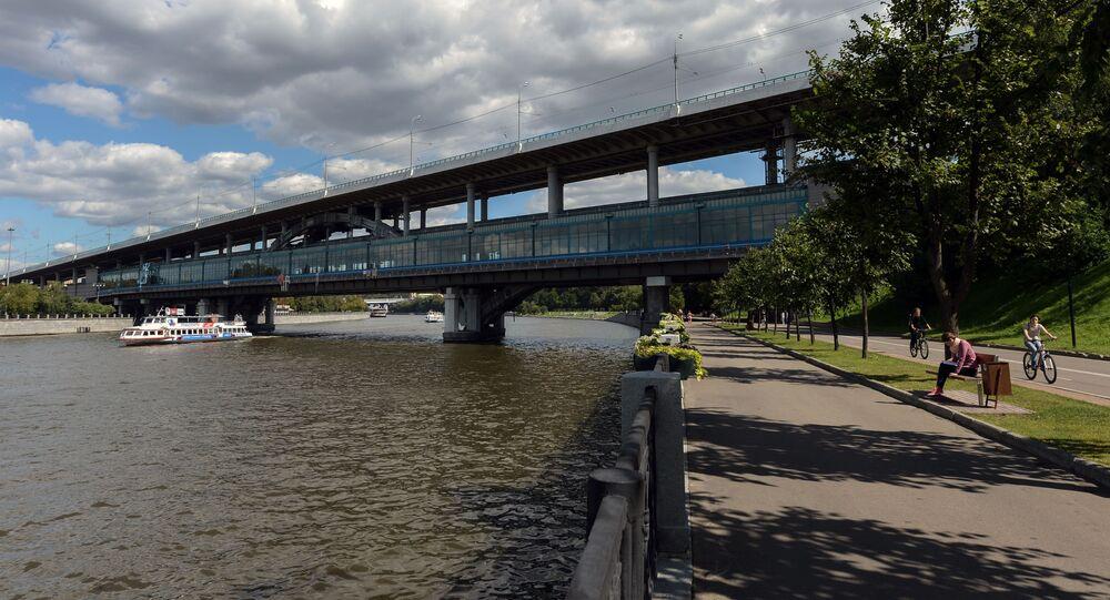 Most łączący Wybrzeże Łużnieckie z Parkiem Worobiowe Gory w Moskwie