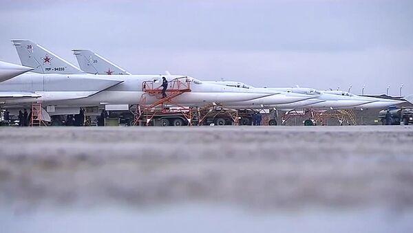 Bombowce dalekiego zasięgu Tu-22M3 przygotowują się do startu z bazy wojskowej w Rosji. - Sputnik Polska