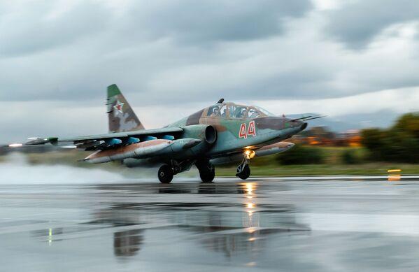 Su - 25 - radziecki / rosyjski dwusilnikowy samolot szturmowy, silnie opancerzony i uzbrojony, przeznaczony do bezpośredniego wsparcia pola walki. - Sputnik Polska