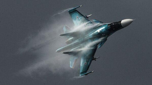 Su-34 – rosyjski wielozadaniowy bombowiec taktyczny, klasyfikowany również jako samolot myśliwsko-bombowy, zdolny do przenoszenia taktycznej broni jądrowej. Samolot może wykonywać również zadania bliskiego wsparcia powietrznego, rozpoznawcze i nękania sił przeciwnika. - Sputnik Polska