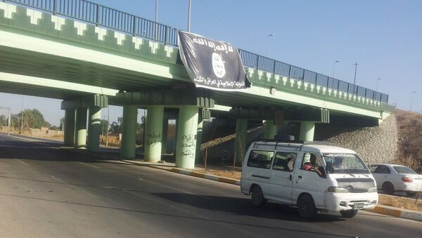 Flaga Państwa Islamskiego na wjeździe do Mosulu - Sputnik Polska