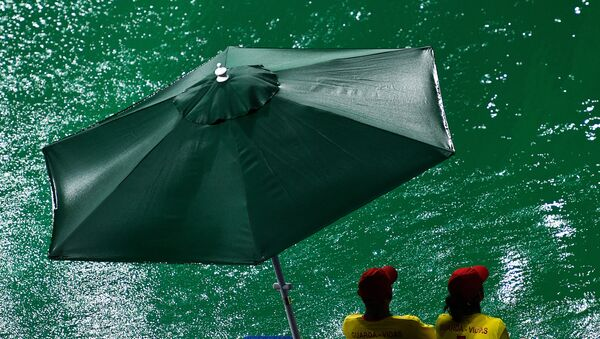 Woda w basenie, w którym odbywają się zawody olimpijskie w dziedzinie skoków do wody, zmieniła kolor z niebieskiego na zielony. - Sputnik Polska