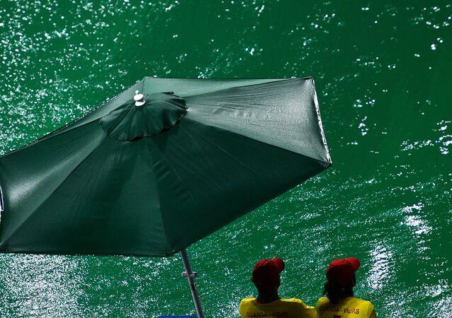 Woda w basenie, w którym odbywają się zawody olimpijskie w dziedzinie skoków do wody, zmieniła kolor z niebieskiego na zielony.