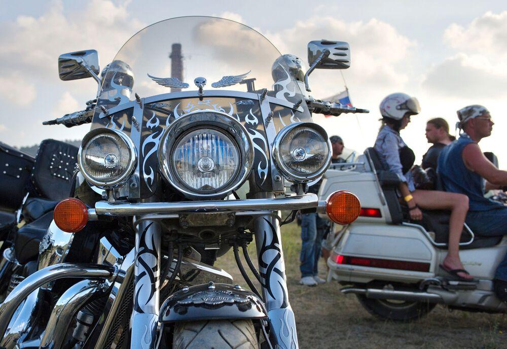 Sam parking, na którym goście bike show zostawiają swoje żelazne konie, wygląda jak muzeum pod otwartym niebem. Są tutaj amerykańskie, japońskie, niemieckie i rosyjskie motocykle, różnych kolorów i rozmiarów. Patrząc na nie, można uzupełnić swoją wiedzę z geografii.