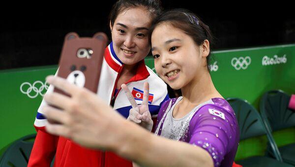 Wspólne selfie gimnastyczek z Korei Północnej i Południowej - Sputnik Polska