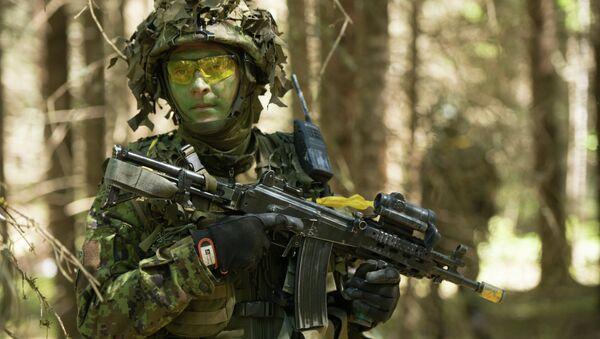 Estoński żołnierz w czasie szkoleń NATO w 2014 roku - Sputnik Polska